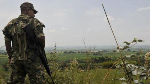 Un miembro de la guerrilla de las FARC vigila el camino que conduce a la zona rural de Miranda Cauca / EFE